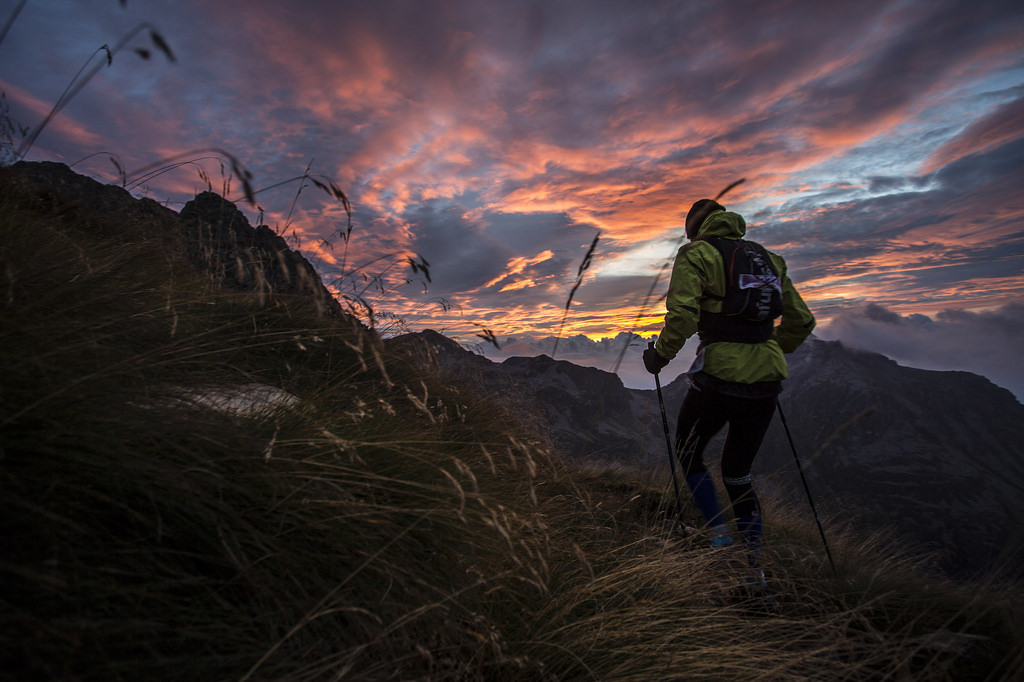 Απίθανα χρώματα στην αυγή της 3ης ημέρας κοντά στο καταφύγιο Coda στην μέση ακριβώς της διαδρομή του αγώνα ... (c) Stefano Jeantet