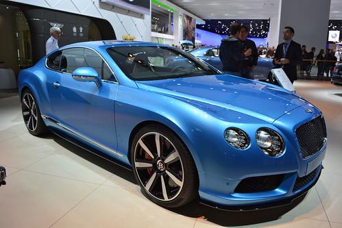 Неизвестный обманом похитил у мужчины Bentley Continental
