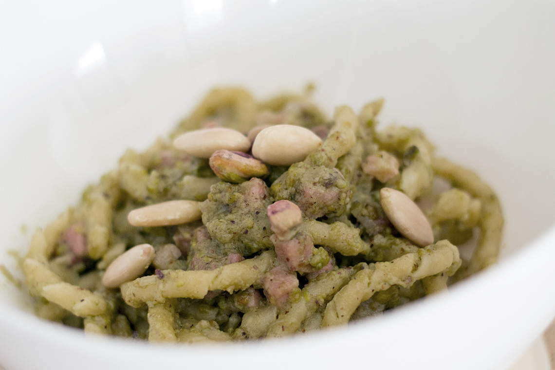 pasta al pesto di pistacchio dressing&toppings