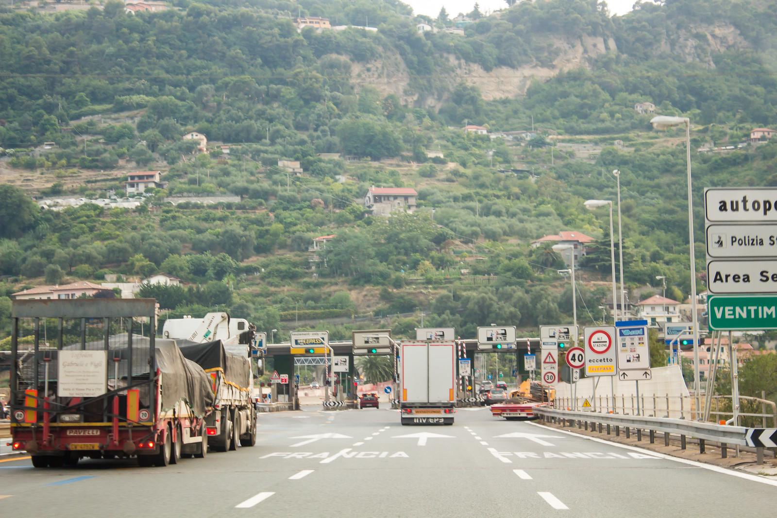Последний пункт оплаты платных автострад Италии перед границой с Францией.