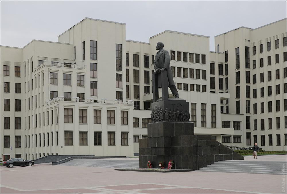 Памятник Ленину и Дом правительства