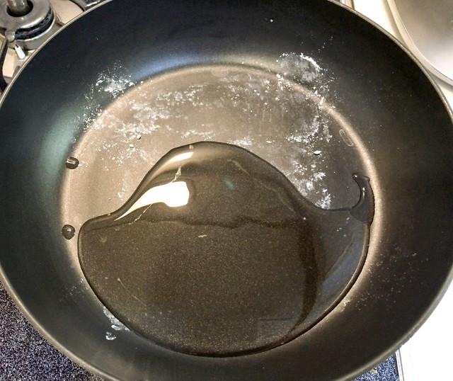 フライパンに多めの油を引きます