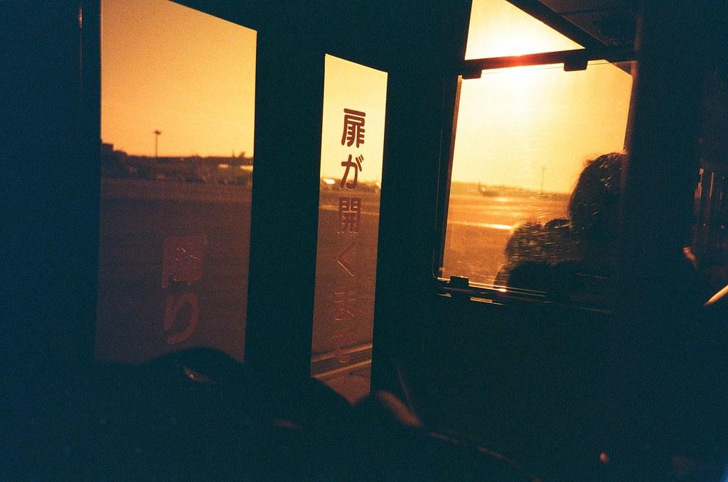 成田機場 NRT, Tokyo / Redscale / Lomo LC-A+ 再次從成田機場出發到札幌,每次從航站大樓走出來的時候都冷的要命。  國內線的班機都要搭接駁車前往停機坪上飛機。  下次要記得拍一張接駁車與接駁車中間的畫面。  Lomo LC-A+ Lomography Redscale XR 50-200 35mm 0399-0002 2017-01-22 Photo by Toomore