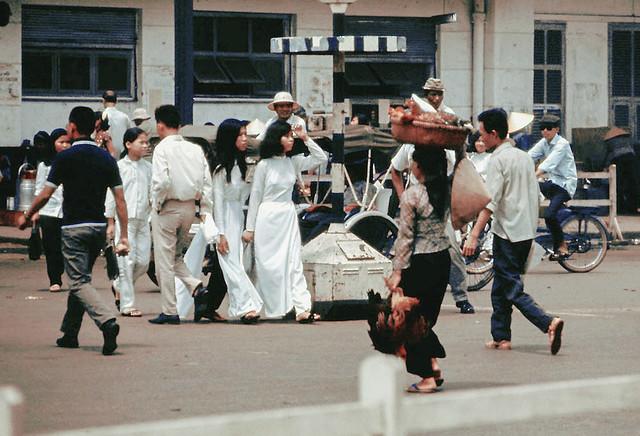 SAIGON by art_photo - Trạm xe bus trung tâm đối diện chợ Bến Thành