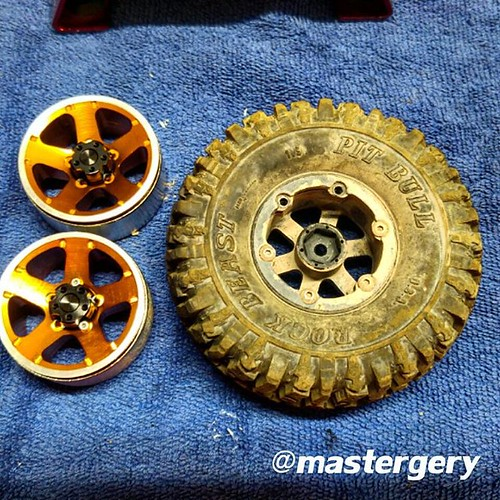Changing the rims from Junior's SCX-10 Jeep Wrangler. The Erzberg dirt from last ReconG6 run is intractable 😱  #teamstonerockersaustria #crawlerkeller #teamdriver #CKRChobbies #CKRCarmy #CKRC #rc #scale #rccrawler #axial #scx10 #scalerc #jeep #wran
