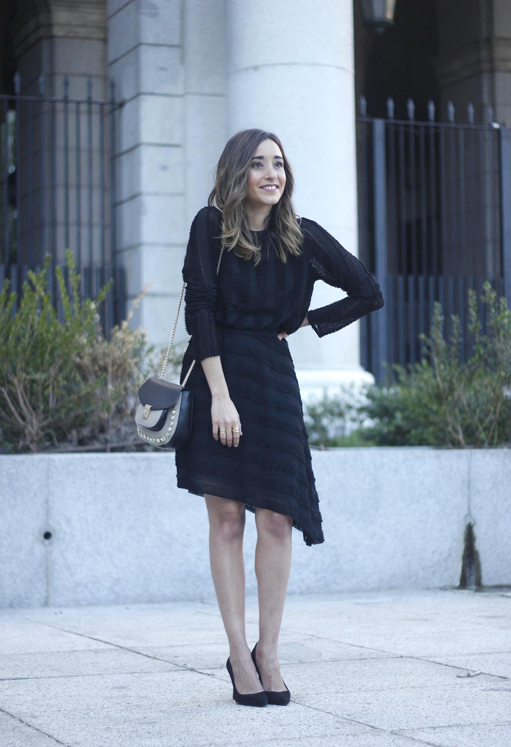 asymmetrical black dress uterqüe bag outfit streetstyle12
