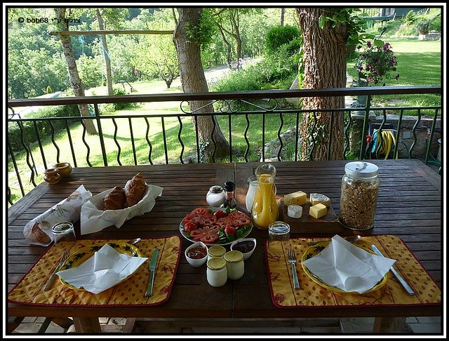 ארוחת בוקר מפנקת במרפסת של וילה מאקדה