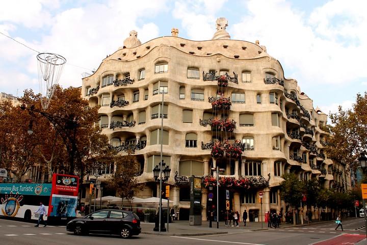 La pedrera barcelona la casa mil obra maestra del for La azotea de la casa de granada