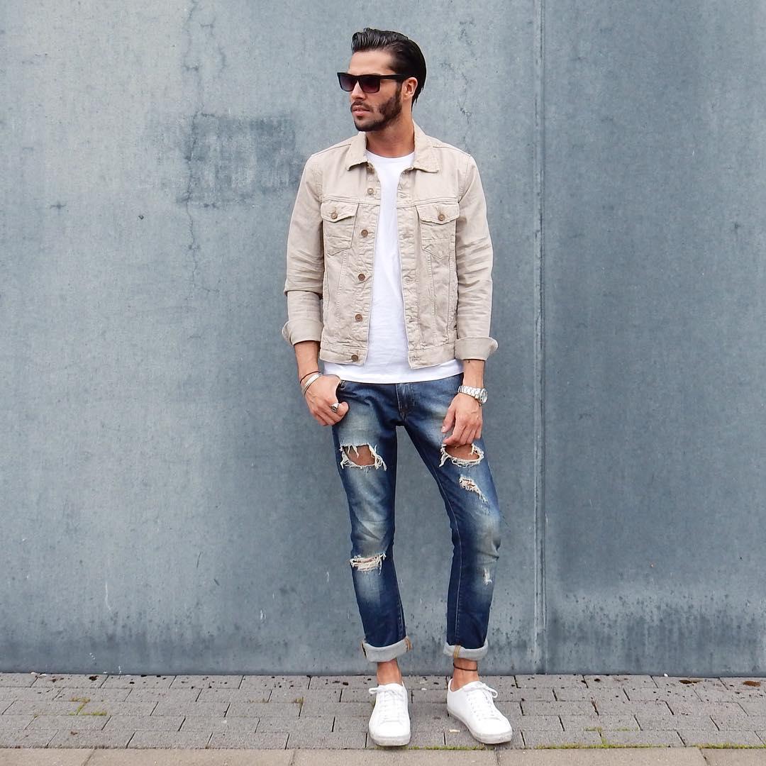 アイボリーサテンGジャン×白Tシャツ×ダメージジーンズ×白ローカットスニーカー