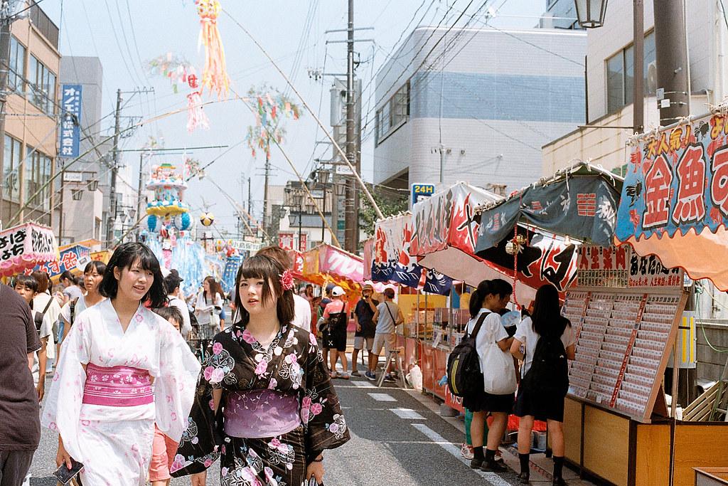 """七夕祭 Iwaki (いわき市 Iwaki-shi), Fukushima 2015/08/06 七夕祭、浴衣  Nikon FM2 / 50mm Kodak ColorPlus ISO200  <a href=""""http://blog.toomore.net/2015/08/blog-post.html"""" rel=""""noreferrer nofollow"""">blog.toomore.net/2015/08/blog-post.html</a> Photo by Toomore"""