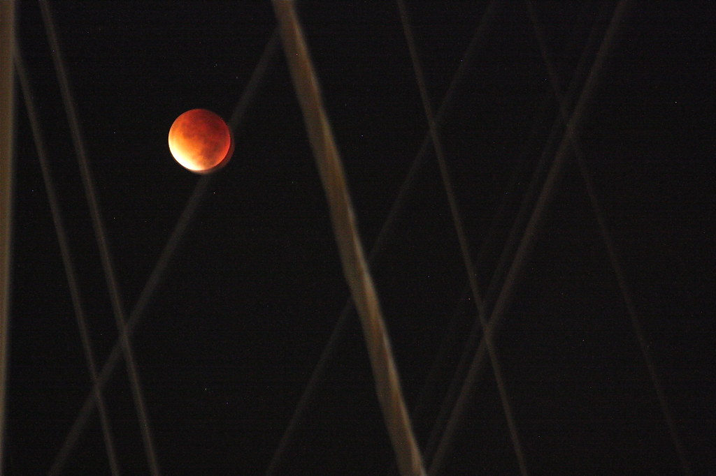 Superkuu, verikuu ja pimenevä kuu.