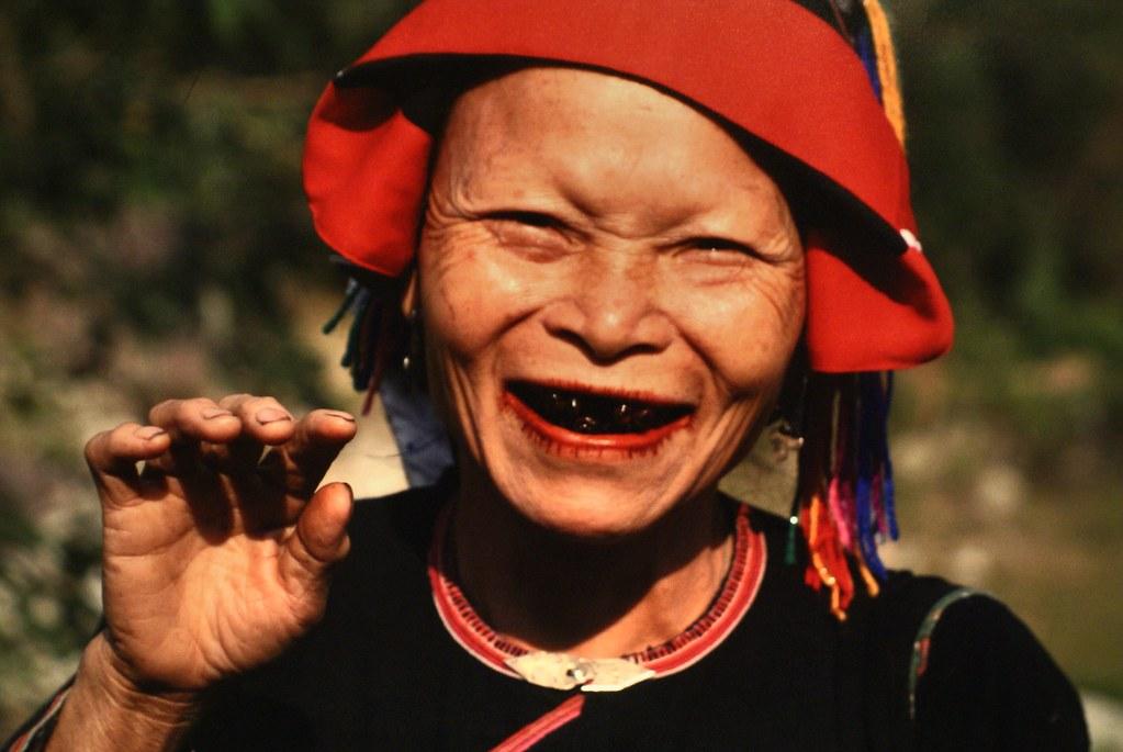 Portrait d'une femmes aux dents laquées dans le musée des femmes du Vietnam à Hanoi.