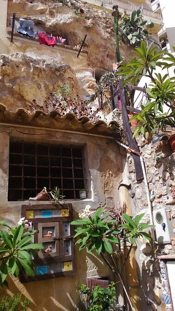 Abitare in grotte arricchite da maioliche - a Sciacca