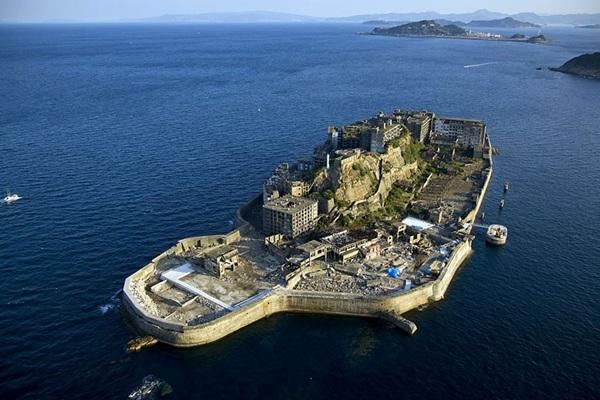 <strong>Đảo ma Hashima, </strong> Nhật từng là một nơi nhộn nhịp vào đầu thế kỷ 20 vì là nơi khai thác than. Tuy nhiên, nơi này bị chính phủ đóng cửa sau đó và trở thành một nơi chỉ có chim chóc sinh sống.