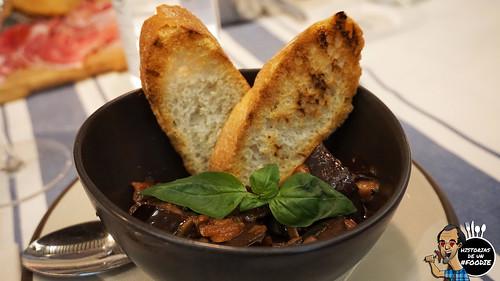 Caponata alla siciliana (Guiso de berenjenas, salsa de tomate, almendras, piñones y pasas)