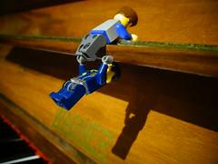 LEGO figurák kapaszkodnak