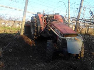 Tenta di fermare il trattore lasciato incustodito ma viene travolto