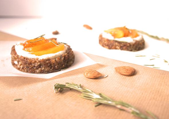 Tartelettes crues pêches, miel et romarin (vegan, sans gluten) duo 1