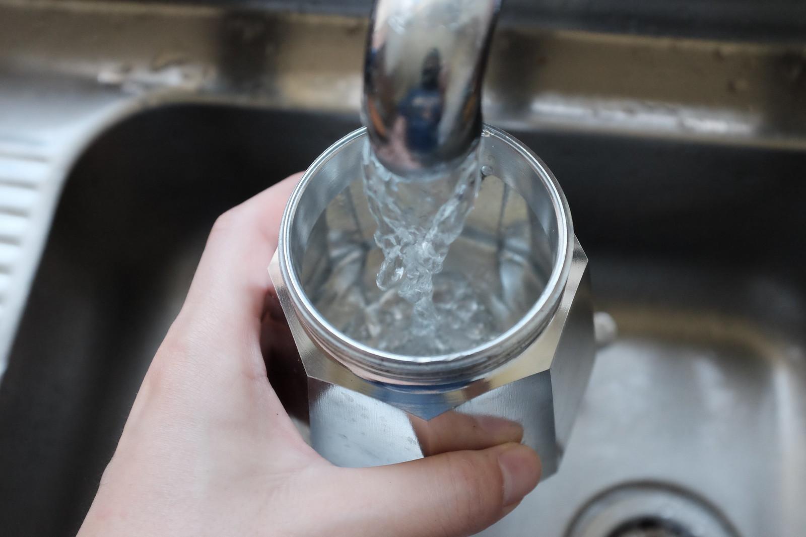 물을 콸콸 넣어준다