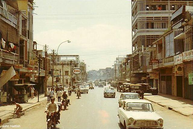 Saigon 1970-71 by John Hettish - Downtown Saigon. Đường Phan Thanh Giản, cao ốc bên phải là tòa nhà Khiêm Tín Hãng đầu đường Nguyễn Thiện Thuật