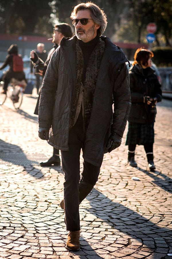 黒ダウンジャケット×ファーベスト×黒タートルネックニット×黒パンツ×キャメルペコスブーツ