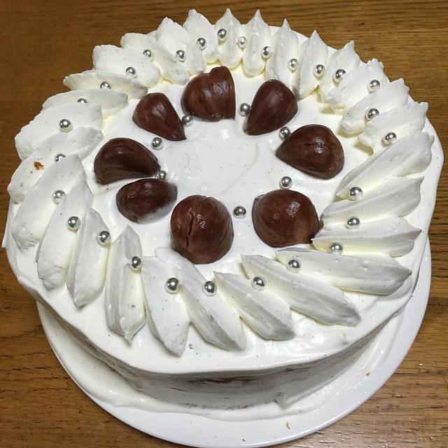 自分の誕生日ケーキ マロンケーキ できた。 うまくデコれなかった ま いっか