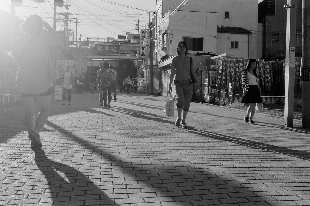 新京極 京都 Kyoto 2015/09/29 新京極,一個逆光的畫面,拍出來感覺還不錯!  這裡我故意蹲在地上拍。  Nikon FM2 Nikon AI AF Nikkor 35mm F/2D Kodak 100TMax 1273-0015 Photo by Toomore