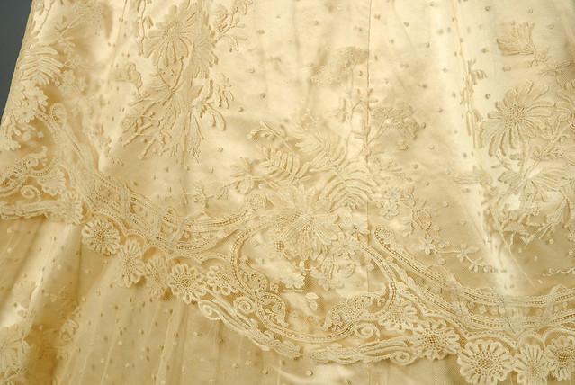 Robe de matiée en satin de soie et dentelle, 1866