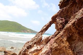 Image de Reef Bay Beach près de Cruz Bay. ocean beach sand arch nps usvi rockformation deaftalent deafoutsidetalent deafoutdoortalent