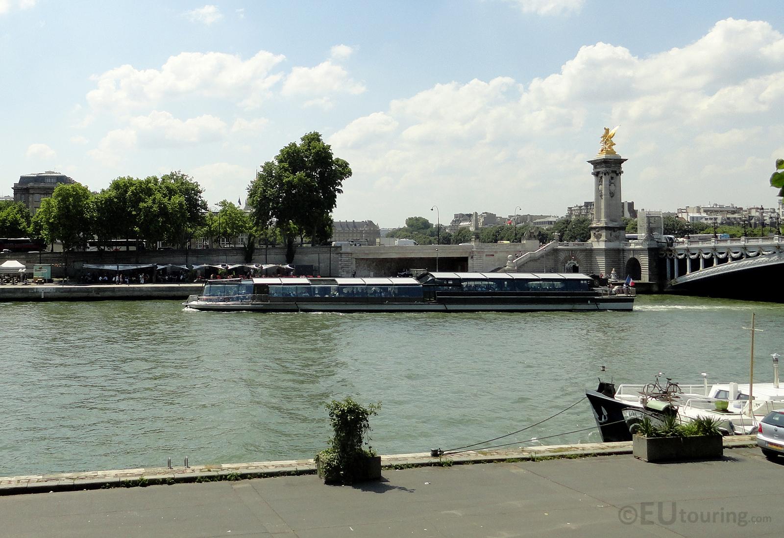 Bateaux Parisiens going under the Pont Alexandre III
