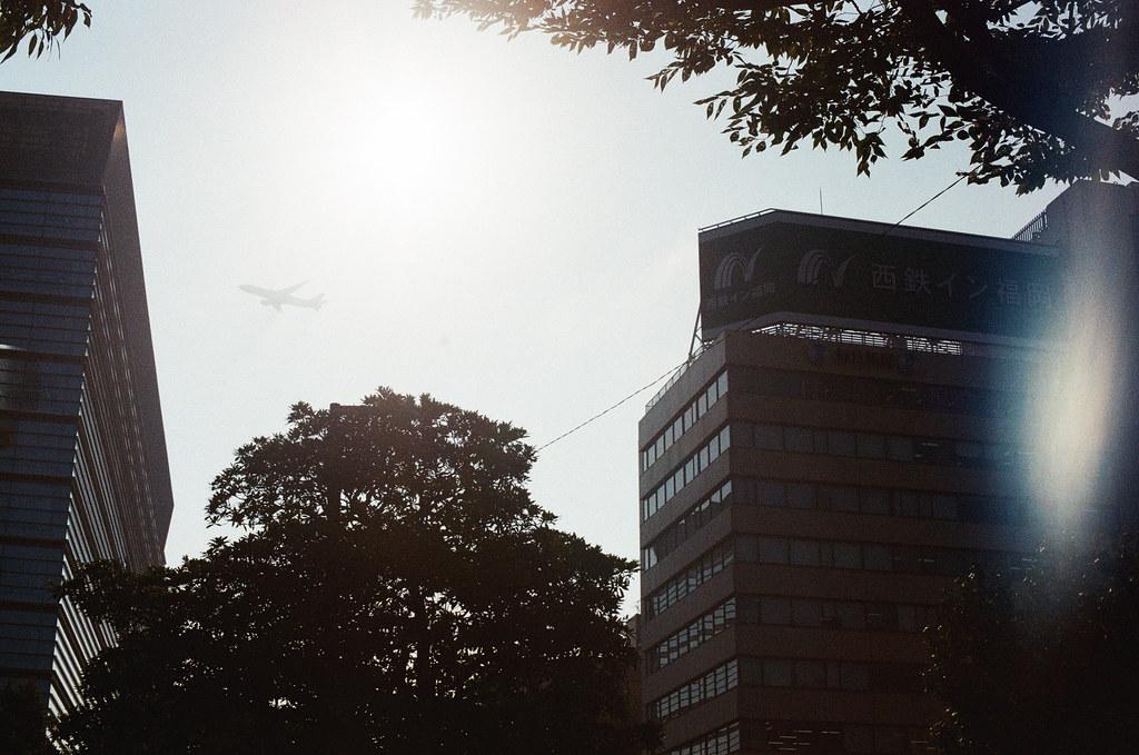 中洲 福岡 Fukuoka 2015/09/04 回到中洲逛逛,發現這裡是飛機起飛的航線。  Nikon FM2 / 50mm Kodak UltraMax ISO400 Photo by Toomore