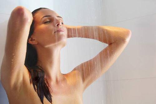 Nếu bạn hay thức dậy sớm, nên tắm vào buổi sáng. Ảnh minh họa.