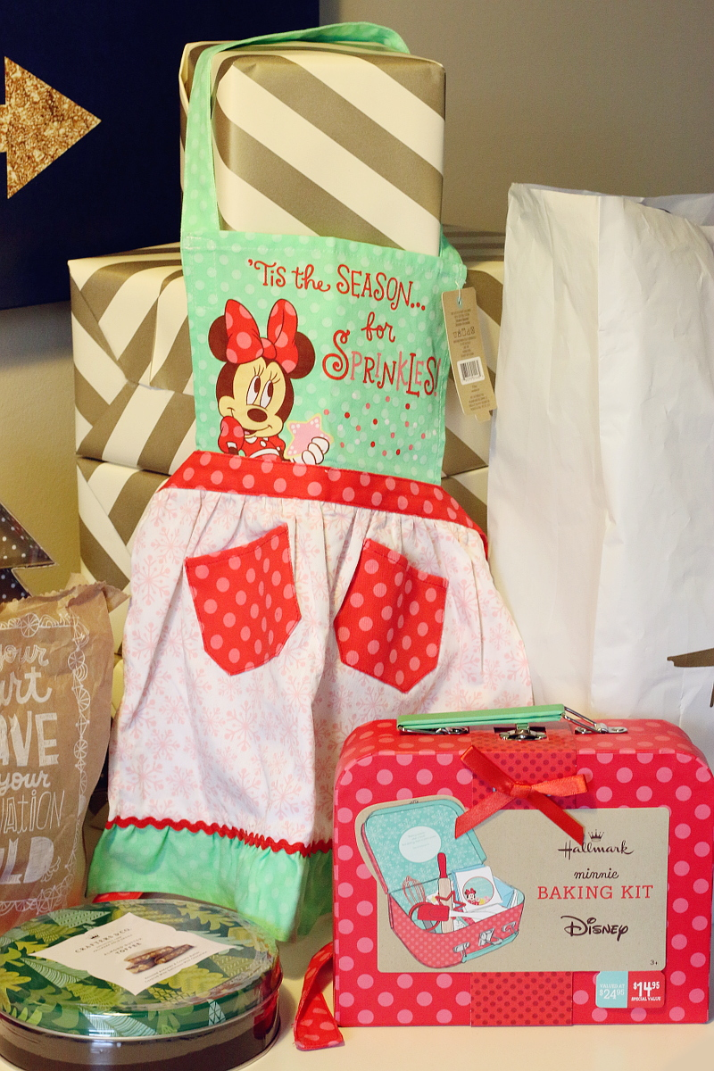 hallmark-holiday-gifts-for-kids-minnie-mouse-baking-4