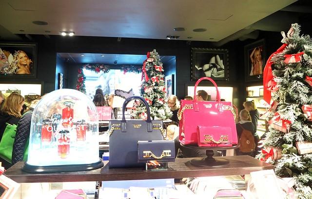 vshkiopening8,vshkiopening6,vshkiPB212476,vshkiPB212467, vs, muoti, fashion, myymälä, liike, kauppa, store, shop, video, enkelit, angels, joulu, christmas, decor, sisustus, vinkit, tips, helsinki, suomi, finland, forum, kauppakeskus, shopping center, beauty, kauneus, ostokset, shopping, accessories, asusteet, alusvaattet, lingerie, cosmetic, kosmetiikka, victoria's secret, mannerheimintie, myymälä, liike, store, shop, avajaiset, opening, victorias secret helsinki, kokemukset, bags, laukut, meikkipussit, pouch, cosmetic pouch,
