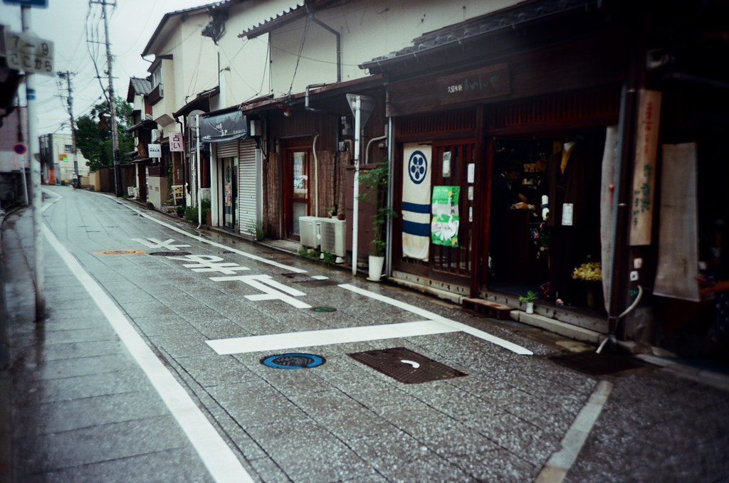 """太宰府天滿宮 福岡, Japan / Kodak Pro Ektar / Lomo LC-A+ 在太宰府天滿宮周圍繞繞,順便找一下當地的郵便局,可以買印有 """"太宰府天滿宮郵便局"""" 的郵筒明信片,沒有刻意蒐集,只是買著買著就習慣這樣。  以前會寄出,現在就自己留著,雖然還是會買著兩份。  Lomo LC-A+ Kodak Pro Ektar 100 4894-0022 2016-09-29 Photo by Toomore"""