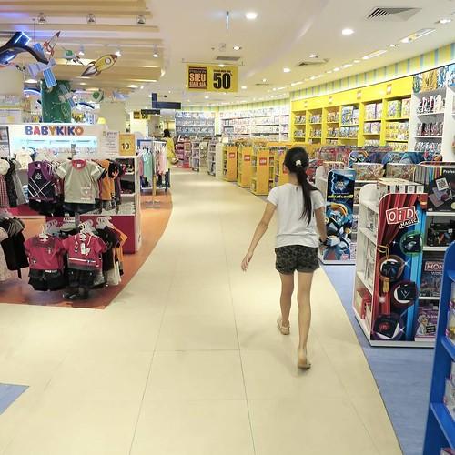 百貨店的な場所。びっくりする位、人がいない。