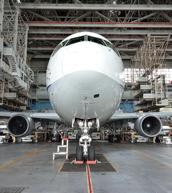 整備工場で撮影したANA飛行機の写真