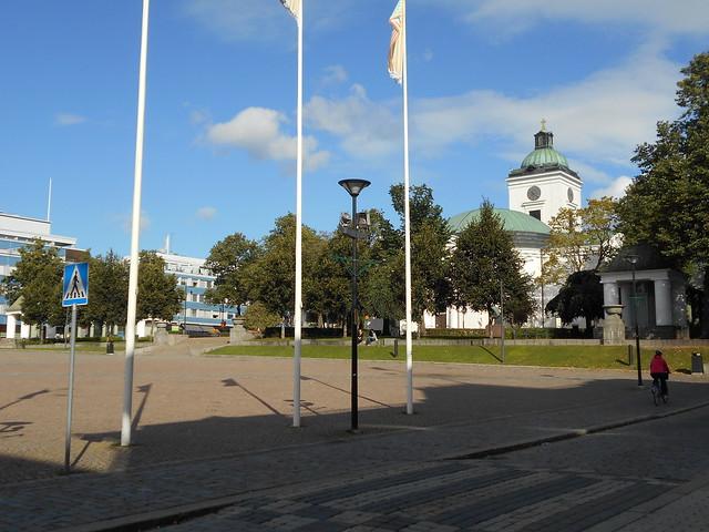 Kesäkukka-amppelit poistettu - Hämeenlinnan keskustori 13.9.2015