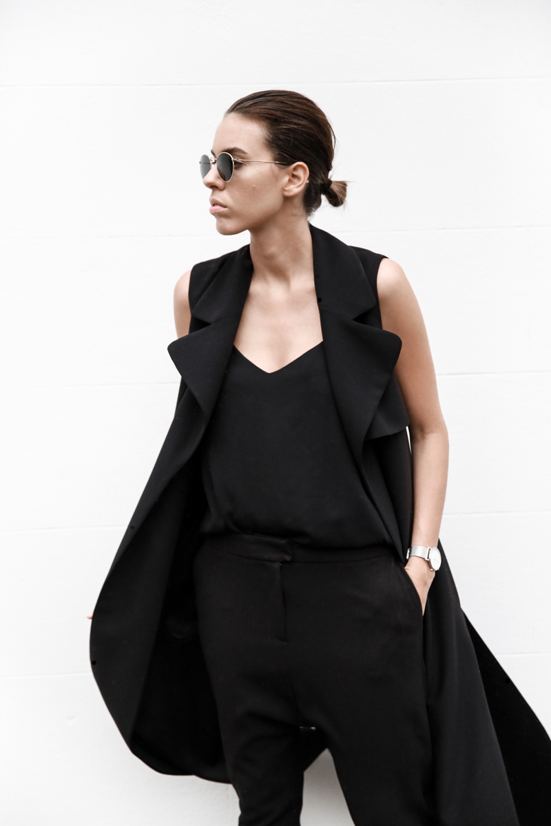 all black street style, minimal, sleeveless coat, trench, Proenza Schouler PS11 Mini, Ray Ban round sunglasses gold, fashion blog, modern legacy (1 of 1)