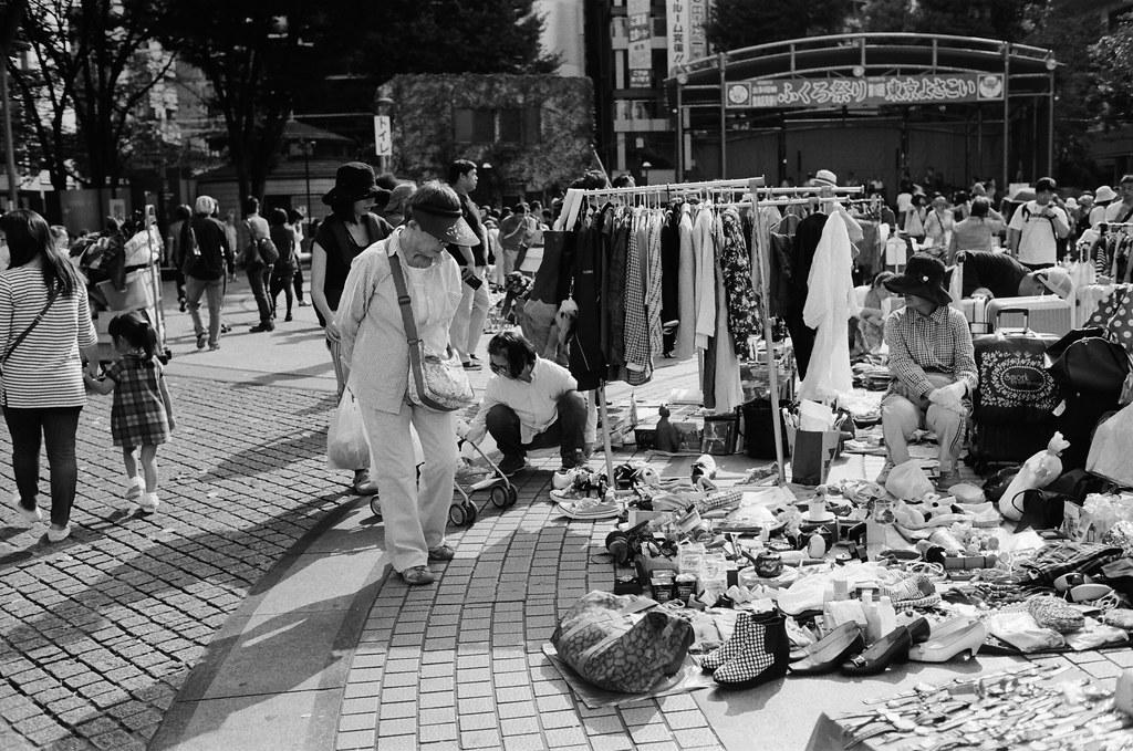 池袋西口公園 東京 Tokyo 2015/10/04 小小的市集,拍攝的過程有一些攤販很敏感,感覺不能拍。現在有一點點忘記那時候逛市集的心情,但應該也是抱著找禮物的心態來逛的吧!  Nikon FM2 Nikon AI AF Nikkor 35mm F/2D Kodak TRI-X 400 / 400TX 1274-0009 Photo by Toomore