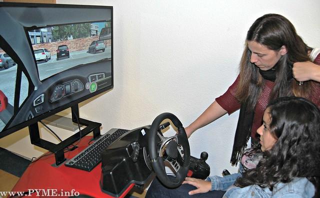 Teresa Martín, formadora de conductores, da indicaciones a una alumna preparada para utilizar el simulador de conducción.
