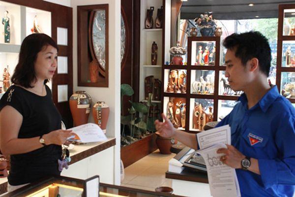 """Đoàn viên thanh niên EVNHCMC tuyên truyền sử dụng điện tiết kiệm, hiệu quả trong chương trình """"Tuyến đường kiểu mẫu tiết kiệm điện"""" (Ảnh: www.hcmpc.com.vn)"""