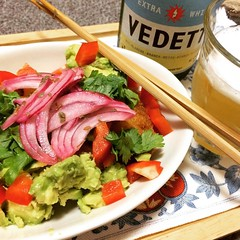 I made @saveurmag 's recipe for escabeche de cebolla(pickled red onions) for the first time. super easy recipe & so good on fried ika(squid) with mashed avocado, red bell peppers & @vedett extra white #japan