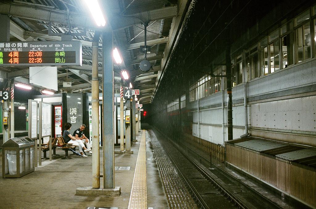三原駅 みはら - Mihara, Hiroshima 2015/08/29 一直不斷的下雨,右邊上面是新幹線的月台,一段時間就會聽到新幹線列車呼嘯而過!那時候看著下雨還是有點小小悲傷,我又跑來一個好遠的地方,但是事情還是這樣的存在 ...  抵達廣島機場後,搭公車前往三原市等火車到尾道,如果公車開快五分鐘,我就可以趕上晚上九點五十三分的火車,可是日本的公車很準時,表定九點五十五分到就一定遵守,所以只好在三原駅月台等末班車。  Nikon FM2 / 50mm FUJI X-TRA ISO400 Photo by Toomore