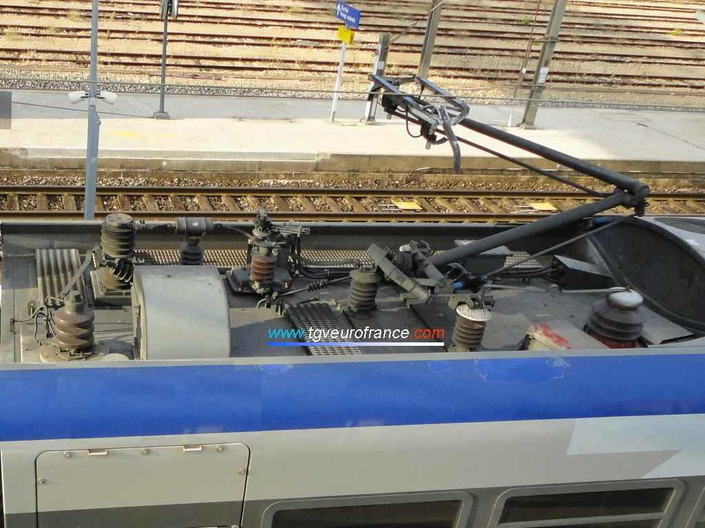 Vue détaillée du pantographe 25 kV AC de la rame TER 2N Z23544 SNCF