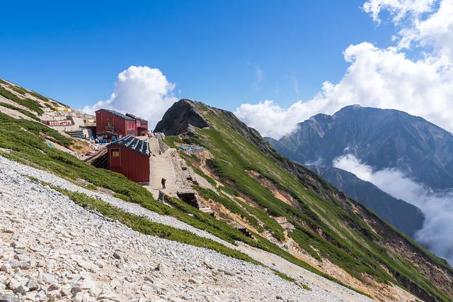 唐松岳頂上山荘と五竜岳
