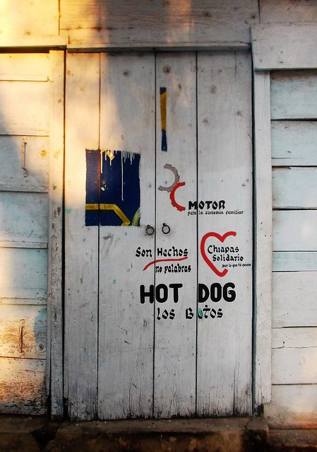 Hot-dog door / Porte hot--dog, Fujifilm FinePix JX700