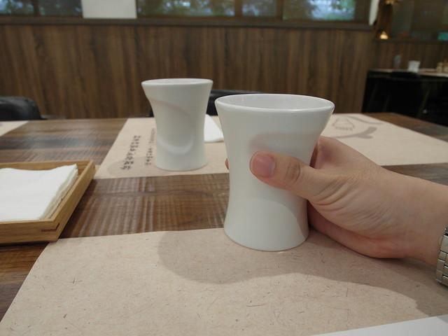 裝麥茶的杯身上的凹陷剛好是手持的位置@棉花田有機餐廳