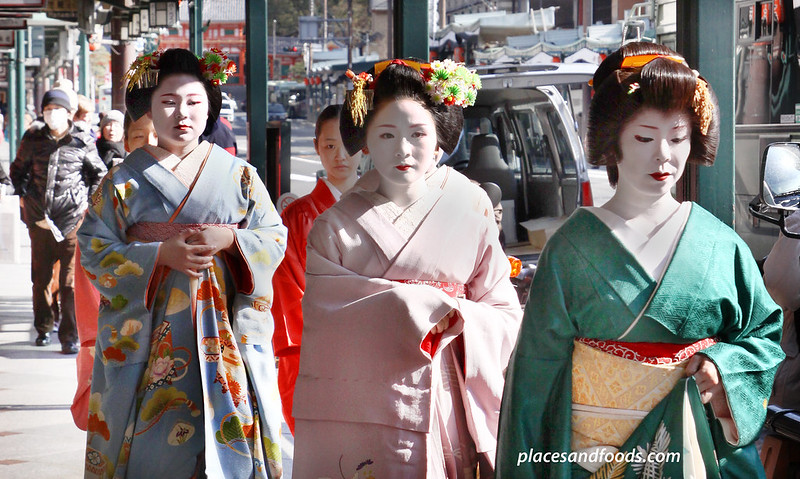 kyoto gion maiko geisha group walking picture