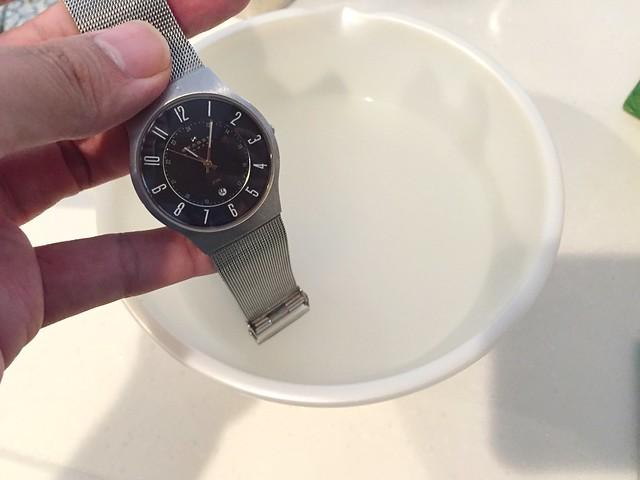 腕時計のベルトをつける